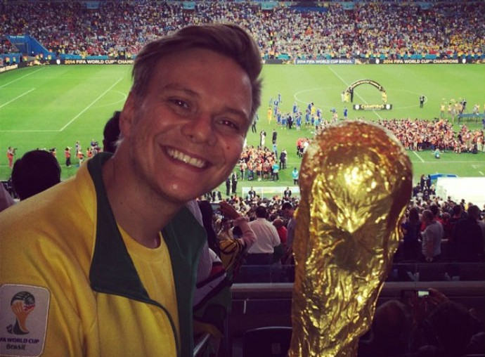 Michel Teló posa com uma réplica da taça da Copa do Mundo (Foto: Reprodução/Instagram)