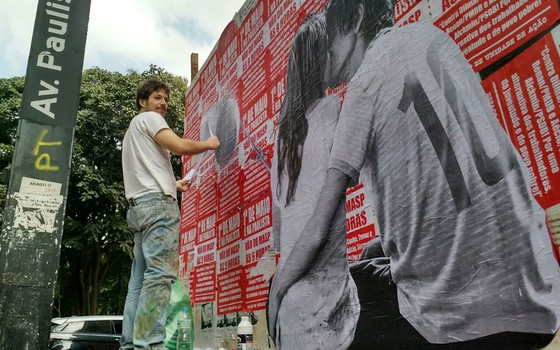 O artista plástico Luis Bueno durante a realização da segunda versão do lambe-lambe (Foto: Alexandre Mansur/Época)