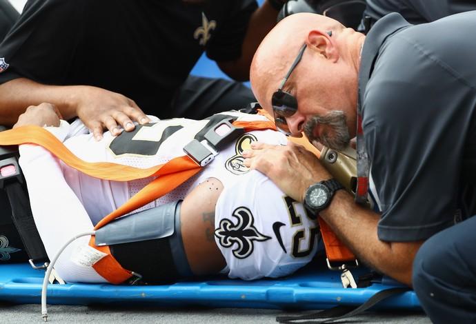 PJ Williams, dos Saints, sai de maca depois de levar duas pancadas na cabeça (Foto: Getty Images)