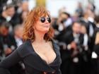Susan Sarandon usa fenda e decotão em première no Festival de Cannes