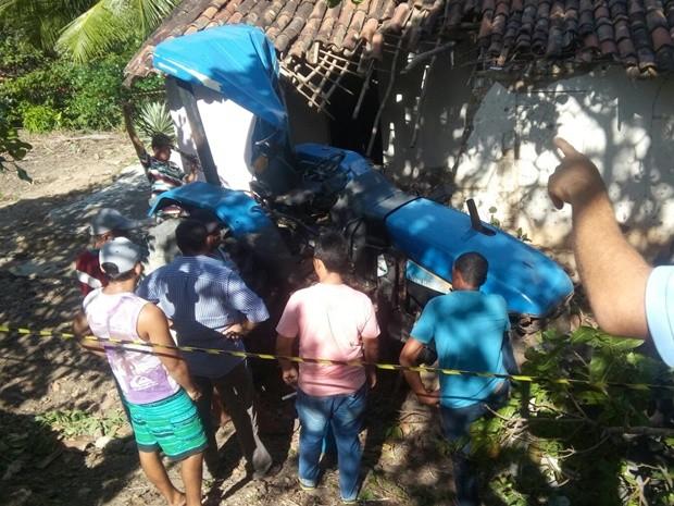 Tratorista perdeu o controle da máquina e despencou de barranco na Zona Rural de Cuitegi, Agreste paraibano (Foto: Volney Andrade/TV Cabo Branco)
