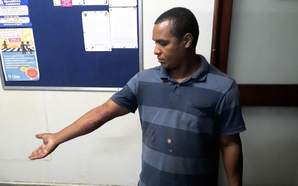 Daniel Semão fica ferido ao quebrar vidro para parar carro (Foto: Paula Resende/G1)
