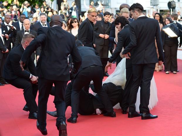 Homem invade o tapete vermelho no Festival de Cannes (Foto: AFP / Agência)