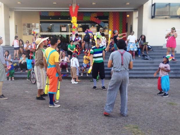 Amantes do circo comemoraram dia do palhaço brincando com malabares, claves e monociclos (Foto: Cassio Albuquerque/G1)