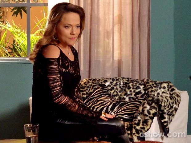 Shirley confessa que queria ter visto Luiza morrer (Foto: Em Família/ TV Globo)