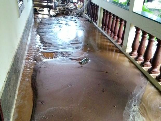 Lama de loteamento invadiu casas após chuva em Itamonte (Foto: Caísa Couto Carvalho / VC no G1)