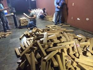 Maconha foi encontrada embaixo de carregamento de madeira (Foto: Divulgação/PRF)