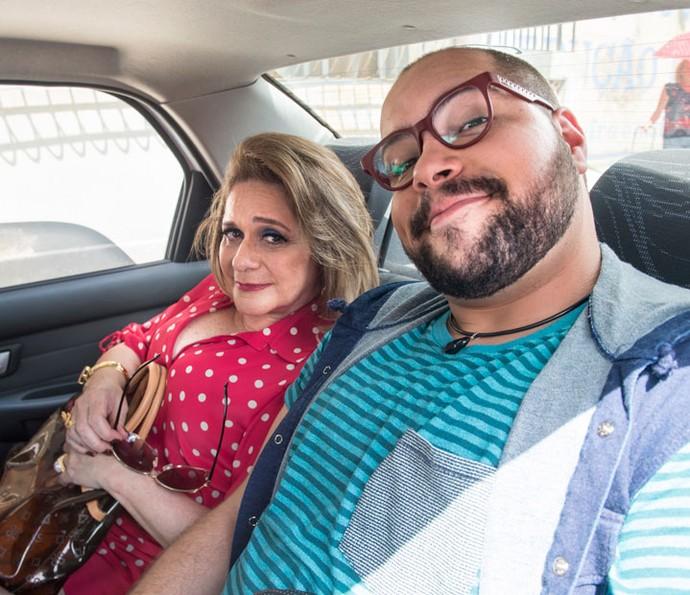 Mãe e filho na trama, Tiago Abravanel posa com Fafy Siqueira no intervalo das gravações de 'Chapa Quente' (Foto: Globo/João Miguel Júnior)