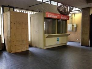 Caixa eletrônico foi isolado com tapumes na manhã deste domingo (26) (Foto: Kety Marinho / TV Globo)