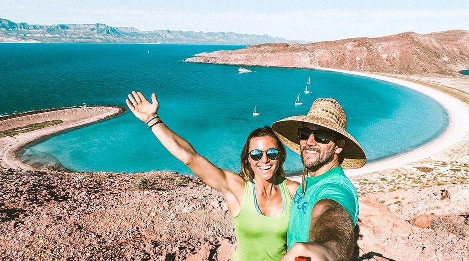 Collette e Scott Stohler viajam vendendo posts para hotéis e empresas de turismo (Foto: Reprodução/Instagram/romaroo)