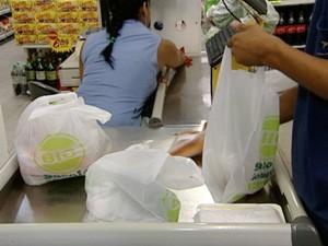 Supermercados de Vitória passaram a cobrar por sacolas biodegradáveis (Foto: Reprodução/TV Gazeta)
