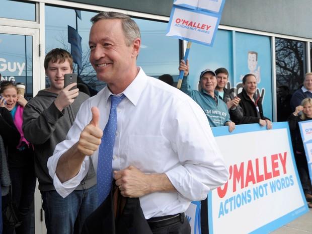 Martin O'Malley cumprimenta eleitores em seu comitê em Des Moines, Iowa, na segunda (1º) (Foto: Reuters/Dave Kaup)