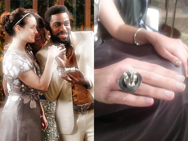 À esquerda: Lara Avelar e Brian Benson, cercado por sua mãe Dorothy. À direita: detalhe do anel de noivado. (Foto: Parker TV)