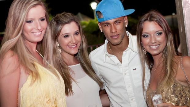 Neymar posa para fotos com fãs em Florianópolis (Foto: Fernando Willadino / divulgação Taikô)