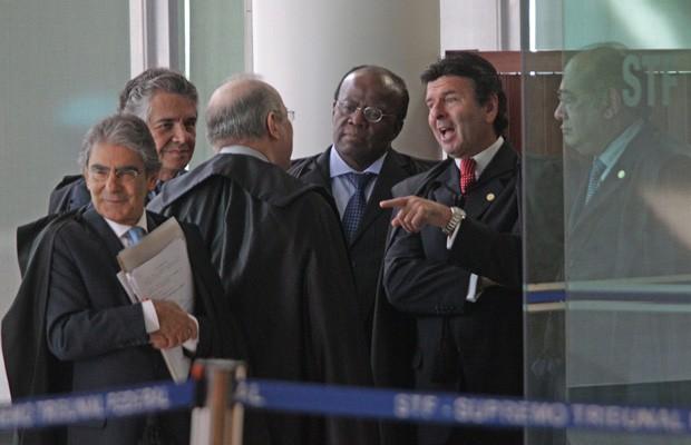 Ministros do Supremo conversam do lado de fora do plenário, antes do início de sessão do julgamento do mensalão (Foto: André Coelho / Agência O Globo)