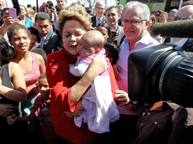 A presidente da República e candidata à reeleição pelo PT, Dilma Roussef, abraça um bebê durante visita à Unidade Básica de Saúde Jardim Jacy em Guarulhos, na Grande São Paulo (Foto: Hélvio Romero/Estadão Conteúdo)