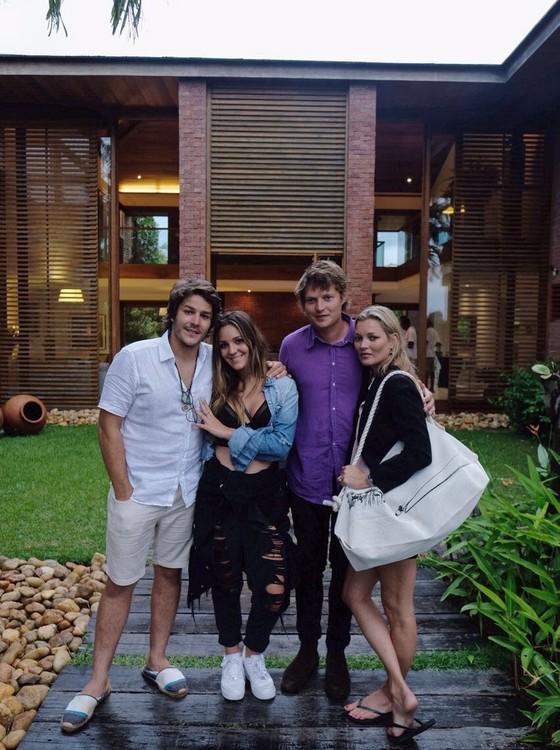 Andre Bontempo e Julia Arcangeli receberam Nikolai von Bismarck e Kate Moss, em Trancoso (Foto: Divulgação)