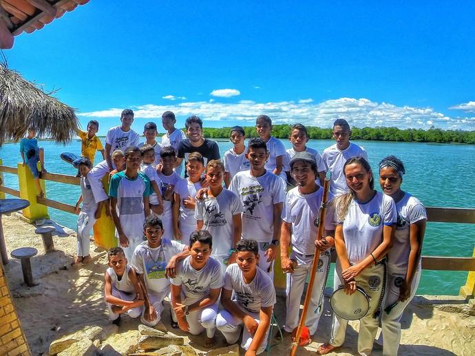 Leo Souza e a turma da capoeira de Porto do Mangue (Foto: Larissa Cavalcante)