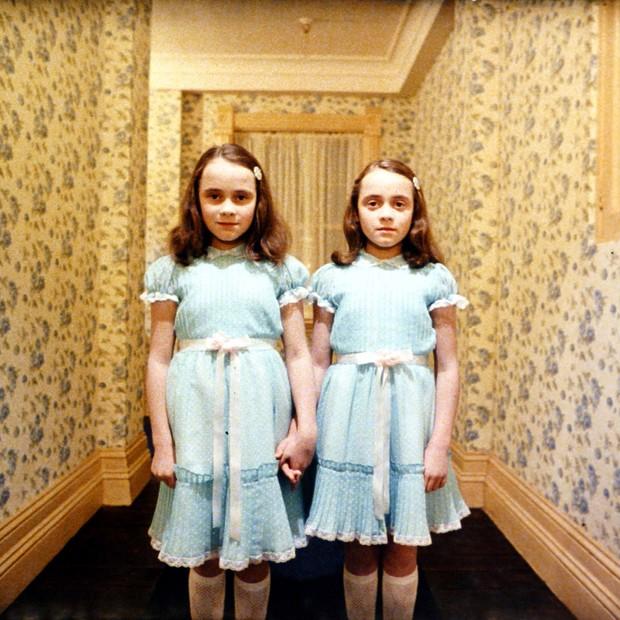 """As filhas do zelador Grady, Lisa e Louise Burns, do filme """"O Iluminado"""" (Foto: Manuel Harlen / Warner Bros Entertainment / Divulgação)"""