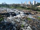 Sem chuva há 7 dias, Rio Piracicaba tem pedras aparentes e mirante vazio