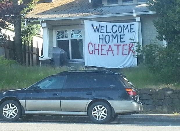 Faixa colocada em frente à casa dá 'boas vindas' a parceiro ou parceira infiel (Foto: Reprodução/Imgur/farthoven)