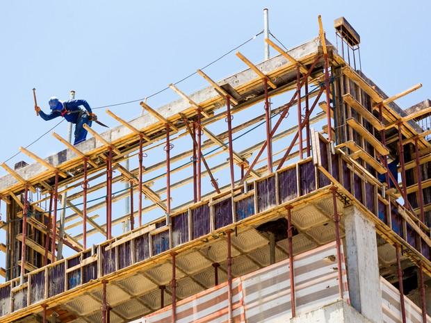 Para evitar acidentes, operários precisam utilizar Equipamentos de Proteção Individual (Foto: Jonathan Lins/G1)