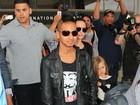 Maddox, filho mais velho de Angelina Jolie, aparece estiloso e de moicano