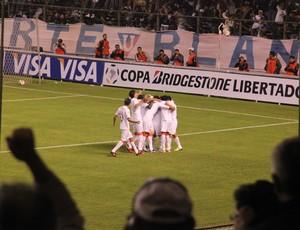 Jogadores da LDU comemoram gol marcado contra o Grêmio (Foto: Robson Stefani/RBS TV)