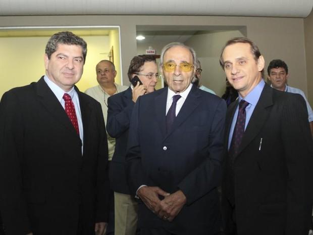 Ueze Zahran entre os deputados Guilherme Maluf e Wilson Santos, ambos do PSDB, na cerimônia (Foto: Marcos Lopes/ AL-MT)