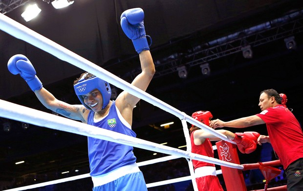 Adriana Ara&#250;jo na luta de boxe contra Mahjouba Oubtil (Foto: Reuters)