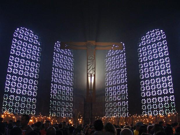 Fiéis lotam a Capela das Velas do Santuário Nacional de Aparecida (Foto: Carlos Santos/G1)