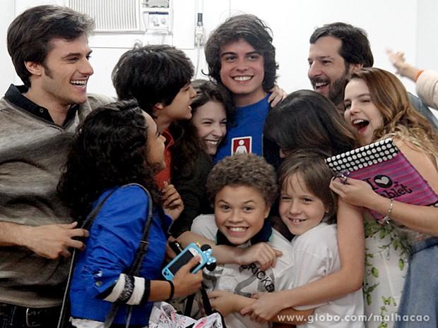 Lucca Diniz recebe o carinho da galera de Malhação (Foto: Malhação / TV Globo)