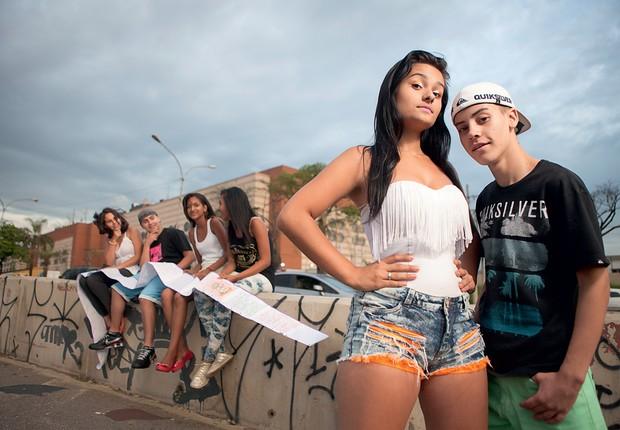 CASAL QUE BOMBA Luana Thalia e Daniel Santos, ambos de 16 anos. Antes dos rolezinhos eles já eram ídolos e atraíam fãs (à esq.) ao shopping (Foto: Marcelo Min/Fotogarrafa/ÉPOCA)