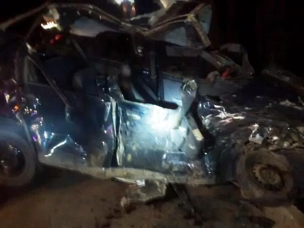 Motorista do Palio morreu no local do acidente (Foto: Corpo de Bombeiros/Divulgação)