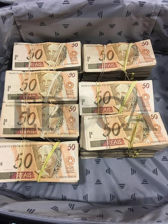 Foto da mala de dinheiro entregue ao emissário de Aécio Neves em 12 de abril (Foto: reprodução)