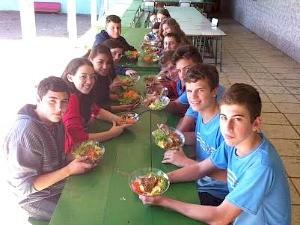 No recreio, alunos comem alimentos produzidos pelos pais no Espírito Santo (Foto: Bruno Faustino/ TV Gazeta)