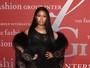 Nicki Minaj usa vestido transparente e deixa lingerie à mostra em festa