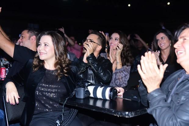 Junior Lima, a mulher, Monica Benini, e os pais, Noely e Xororó, assistem ao show de Sandy (Foto: Leo Franco / AgNews)