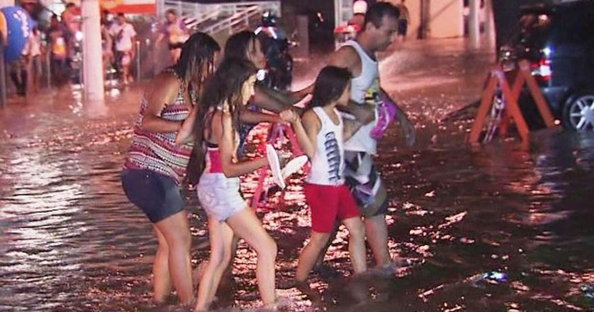 Tempestade deixa ruas alagadas e provoca correria em São ... - Globo.com