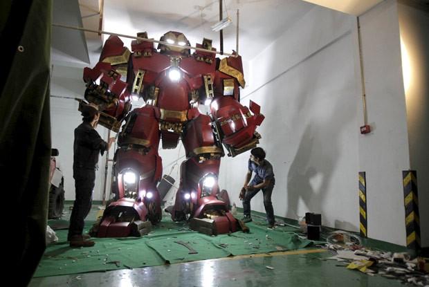 Réplica de 3,4 m foi feita com mais de 100 placas de plástico reforçadas com fibra  (Foto: Reuters)