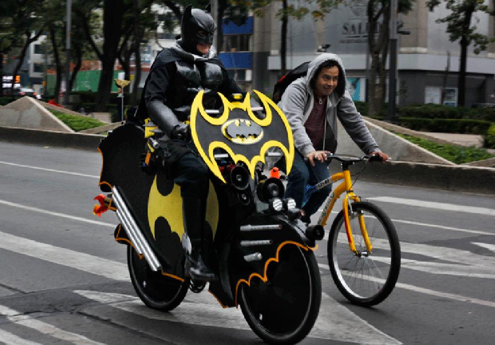 [Bizarro] 'Batman' é flagrado pedalando batbicicleta na Cidade do México Batman