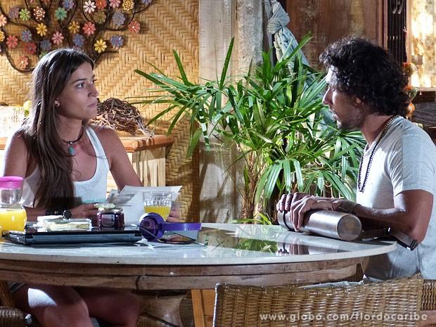 Carol não gosta nada de ver a cara de Taís estampada nos croquis de Lino (Foto: Flor do Caribe / TV Globo)