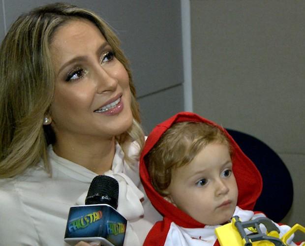 Claudia Leitte bate papo com o site do Faustão segurando o filhinho Rafael (Foto: Reprodução / TV Globo)