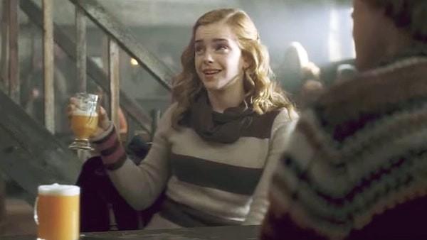 Hermione (Emma Watson) bebendo cerveja amanteigada (Foto: Reprodução)