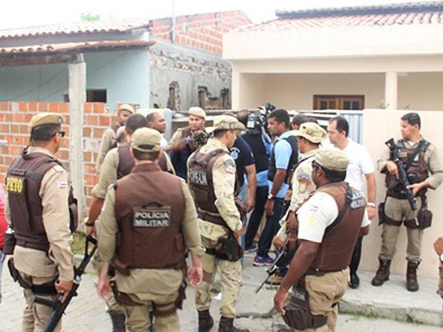 PM cerca casa onde filha e marido de gerente foram mantidos reféns (Foto: Raimundo Mascarenhas / Calila Noticias)