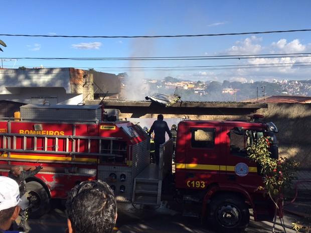 Avião de pequeno porte cai sobre casa no bairro Minaslândia, em Belo Horizonte (Foto: Odilon Amaral/ TV Globo)