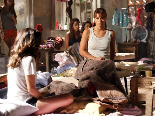 Jéssica e Morena se desesperam com a nova missão (Foto: Salve Jorge/TV Globo)