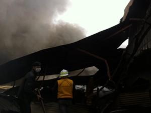 Incêndio atingiu uma fábrica de pneus no Distrito Industrial de Erechim (Foto: Giulia Perachi/RBS TV)