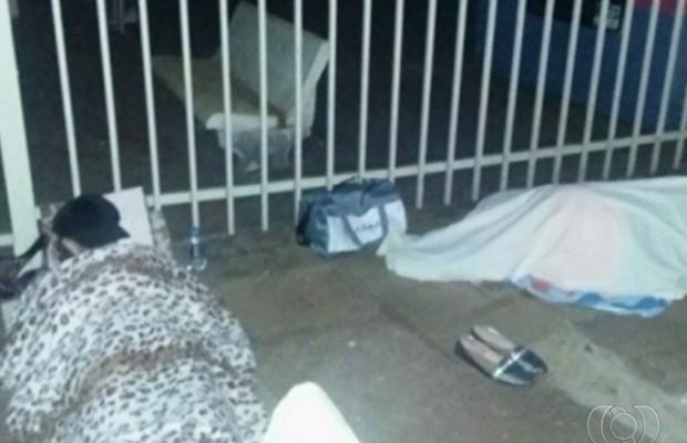 Pacientes dormem no chão para tentar conseguir vaga para consultas e exames em Itumbiara, Goiás (Foto: Reprodução/TV Anhanguera)