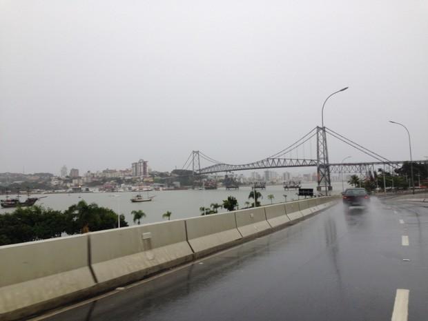Florianópolis amanheceu com chuva e tempo frio neste domingo. (Foto: Mariana de Ávila/G1)
